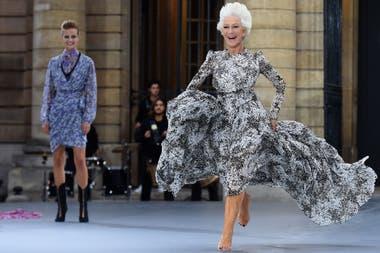 Yo voy volando. Con los pies descalzos y a los saltos se la vio desfilar por la pasarela parisina a la actriz Helen Mirren
