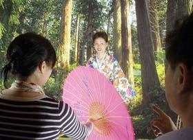 En un set artificial, una residente china se hace fotografiar para enviar un recuerdo a sus familiares