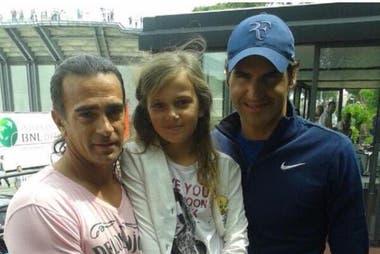 Guillermo Pérez Roldán y su hija menor, Chiara, con Roger Federer, durante el torneo de Roma de 2015.