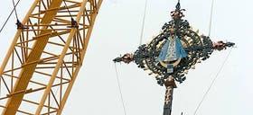 Una de las cruces tiene una imagen de la Virgen de Luján