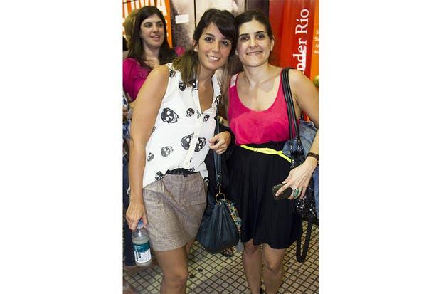 Camisa de calaveras sin mangas y falda pinzada para una. Contrastes fluo para la otra. Dos looks para imitar. Foto: Agustina Ferreri