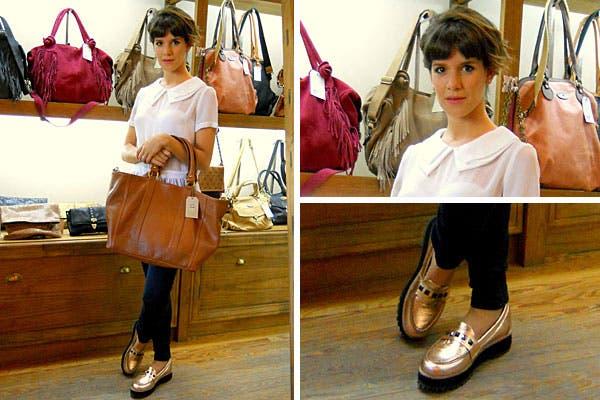 ¿Te gusta lo que se puso Violeta Urtizberea para ir a conocer la nueva colección de Julieta Sedler? Usó una remera blanca con cuello y transparencias, jean chupín y zapatos con plataformas dorados. Foto: Plan A