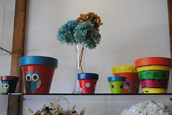 Las macetas pintadas a manos pueden ser una linda opción para regalar. Foto: Cecilia Wall