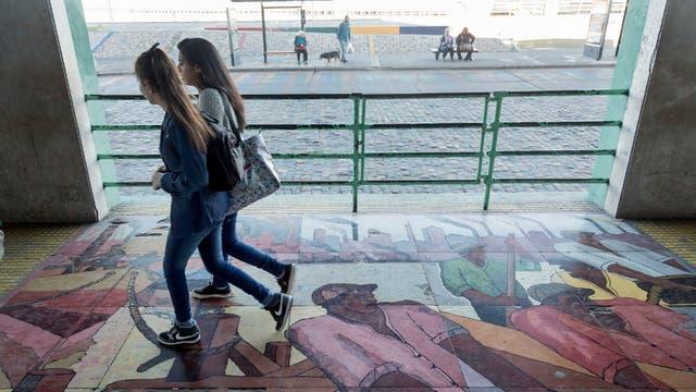 El mural Vuelta de Rocha, en la escuela Pedro de Mendoza, en estado crítico