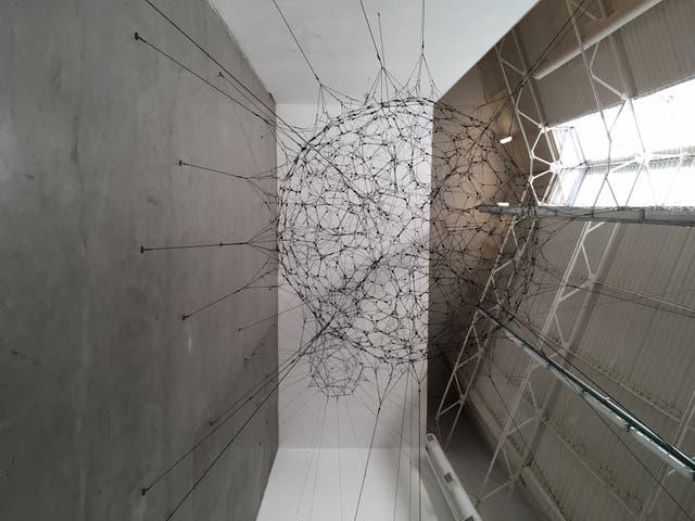 La muestra en Ruth Benzacar incluye una instalación realizada con cuerdas, similar a la que Saraceno exhibió en 2009 en la Bienal de Venecia