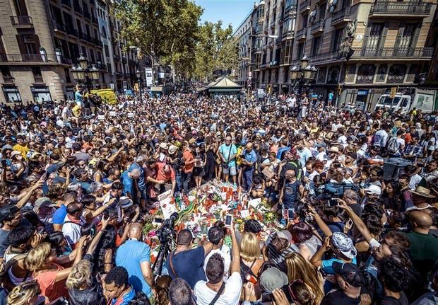 Una multitud homenajeó a las víctimas en el lugar del ataque, en Barcelona