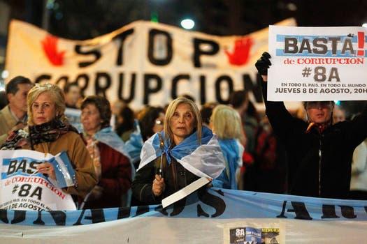 """En Santa Fe y Callao, un grupo se aglutinó detrás de una pancarta con la consigna """"Stop Corrupción"""". Foto: Reuters"""