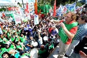 Los estatales de ATE encabezaron una columna en la marcha de ayer en La Plata