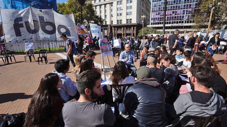 Docentes universitarios reclaman aumento salarial con clases públicas en Plaza de Mayo. Foto: LA NACION / Emiliano Lasalvia
