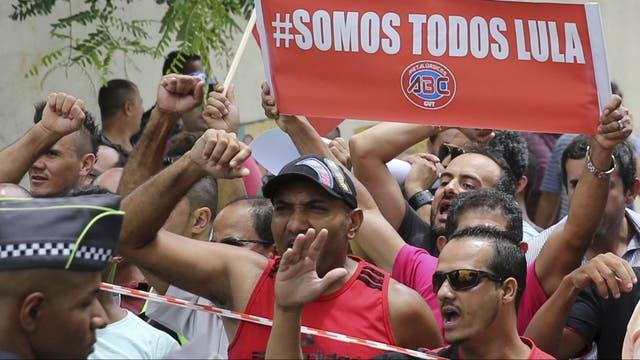 Manifestantes apoyan a Lula frente a su casa, en San Bernardo del Campo