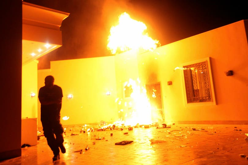 El consulado estadounidense en Benghazi, en llamas. Foto: Reuters