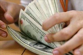 Dólares norteamericanos en manos de un operador de divisas