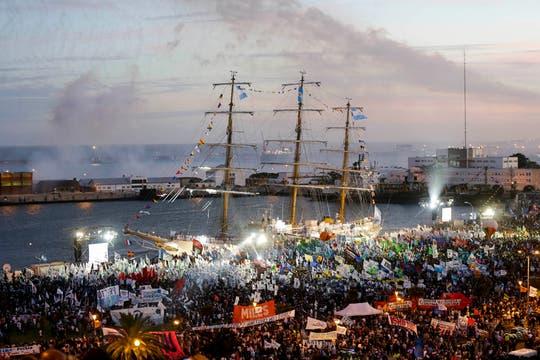 En la llegada de la Fragata, Cristina dio un discurso de neto corte político y comenzaron los festejos. Foto: AP