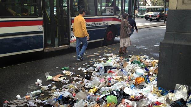 Las bolsas arrojadas en las calles tapan los sumideros, dañan?la flora y fauna acuáticas y provocan inundaciones