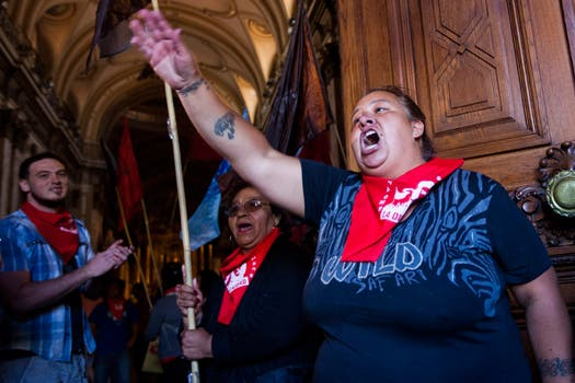 Activistas del Movimiento Popular La Dignidad irrumpieron en la Catedral en reclamo contra los subsidios a las escuelas privadas.