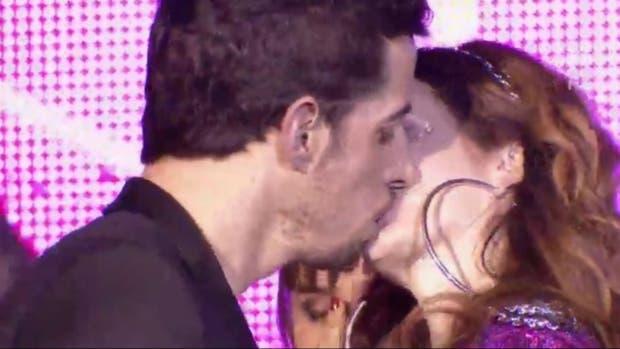 Renzo y Nina, a puro beso en el final de la tira de Telefé