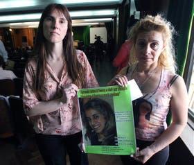 Selva Herbón y Susana Bustamante, dos madres unidas por un mismo sufrimiento, ayer, en el Congreso