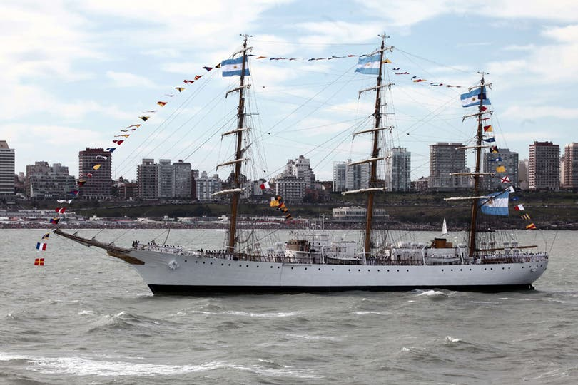 La Fragata Libertad entra al puerto marplatense con la inmensidad de la ciudad de fondo. Foto: AFP