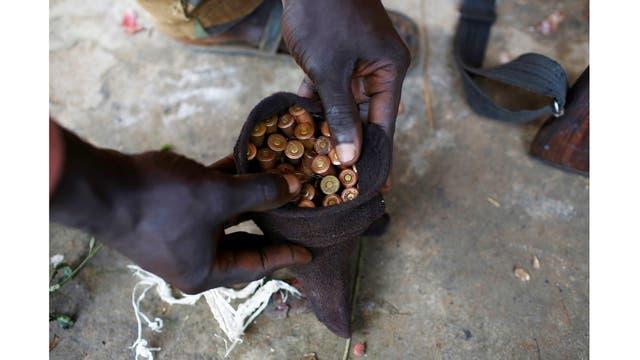 Un soldados del Ejército de Liberación muestra las municiones con las que cuenta