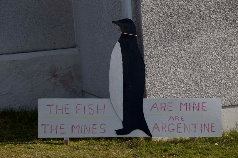 Cartel en la entrada de una casa en Puerto Argentino. Foto: LA NACION / Rodrigo Néspolo