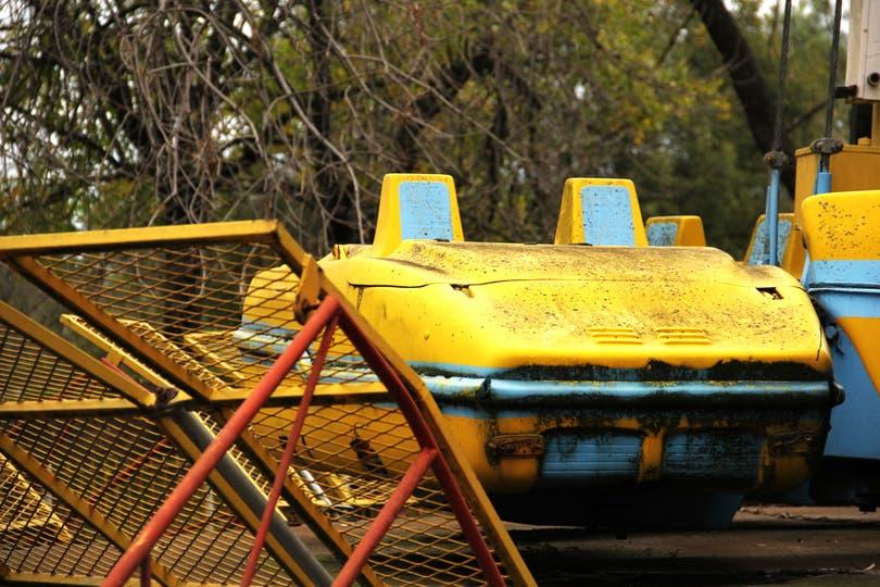 La humedad avanza sobre uno de los carritos del Hurricane, ubicado en el sector Carnaval; allí murió un operario por negligencia. Foto: LA NACION / Mauricio Giambartolomei
