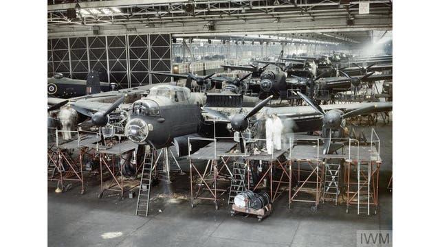 Bombarderos Lancaster a punto de concluir su construcción en la planta de montaje de Avro en Woodford, cerca de Manchester, 1943.
