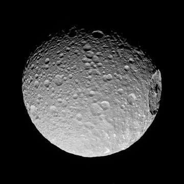 El gigantesco cráter Herschel del satelite Mimas. Foto: NASA/JPL-Caltech/Space Science Institute