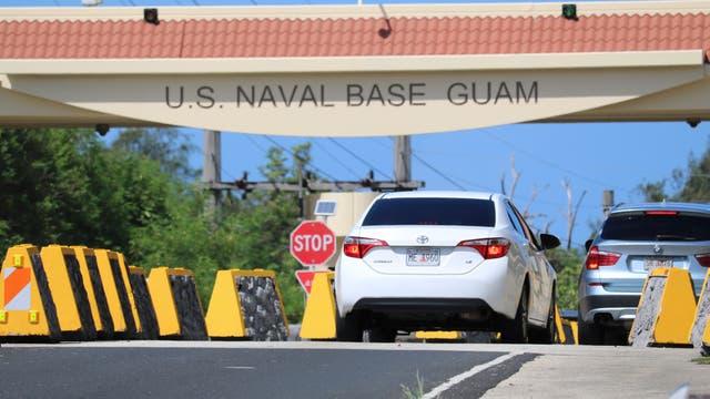 Foto de archivo. Autos entran en la base naval de Guam, cerca de Hagatna, Guam
