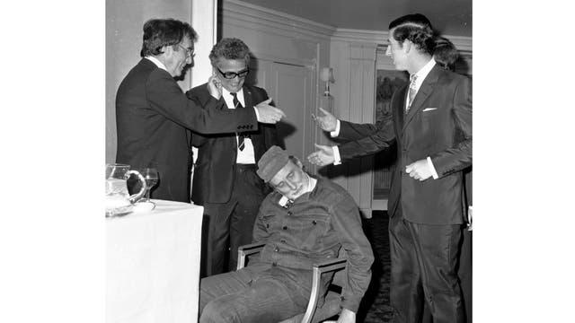 El Príncipe Carlos de Inglaterra estrechar la mano del actor Peter Sellers, en el Dorchester Hotel de Londres, en esta foto de archivo del 11 de noviembre de 1974
