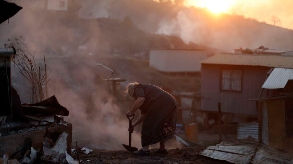 Incendio en Chile: un desaparecido, 19 heridos y más de cien casas destruidas por el fuego en Valparaíso. Foto: AP