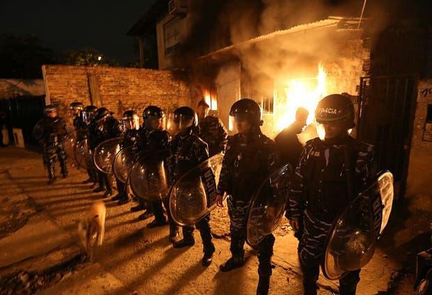Vecinos incendiaron la casa del asesino que mató a Agustín