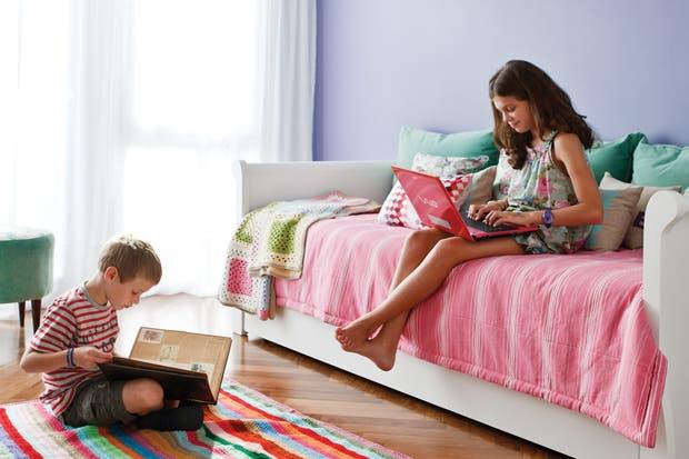 Como alfombra, una manta al crochet con rayas de colores vivos (Puertas al Sur)..