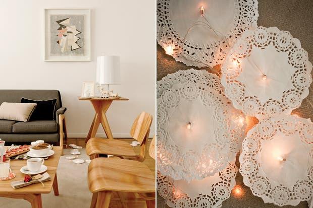 A un lado del sofá (BLVD), la lámpara Hit Hat (Onic Iluminación) ilumina a los ciervos de cerámica (Artefactos). LA guirnalda de blondas iluminadas sorprende..