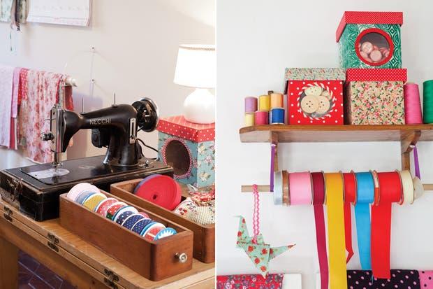 """No faltan hilos, alfileres, escuadra de madera y la máquina de coser, responsable de dar forma a tantas de sus propuestas. """"La imagen, en nuestro caso, significa mucho, porque es parte de nuestro producto. Como hacemos cosas lindas, el showroom tenía que ser bello.."""