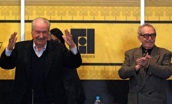 Gabriel García Márquez aplaude durante un homenaje al escritor Alvaro Mutis en la Feria Internacional del Libro. Foto: Archivo