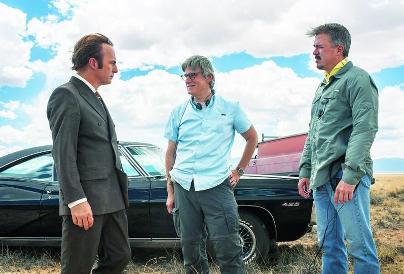 """""""Era difícil hacer algo después de Breaking Bad"""", dice Vince Gilligan (der), creador junto con Peter Gould (centro) de la serie con Bob Odenkirk"""