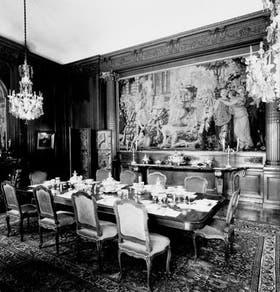 Salón comedor armado para diez comensales con vajilla y platería inglesas