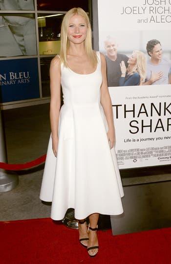 Gwyneth Paltrow, siempre divina. Eligió un vestido escote espejo con falda evasé a la media pierna, una de las últimas tendencias de la red carpet.. Foto: AFP