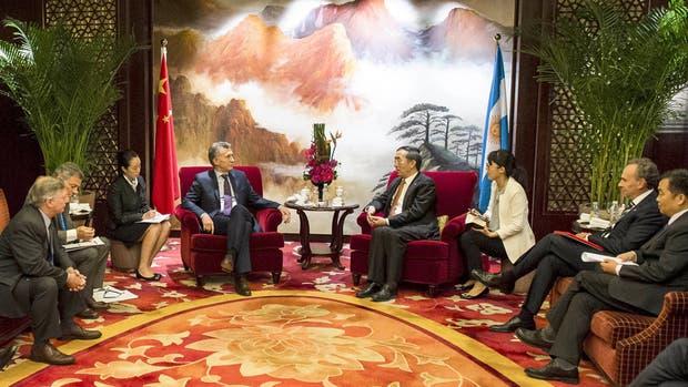 Macri y sus ministros, ayer, durante su encuentro con el empresario Yan Zhiyong, de PowerChina