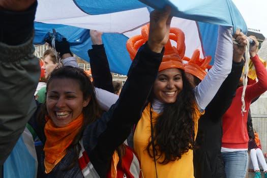 Banderas celestes y blancas, camisetas de la selección y pancartas identificaban a los compatriotas de la flamante reina consorte. Foto: LA NACION / Adrián Quiroga / Enviado especial