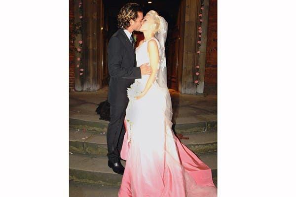 Gwen Stefani eligió un diseño de John Galliano para el día que se unió a Gavin Rossdale, en 2002. Un vestido que no pasa desapercibido, con un degradé rosa. Foto: In style