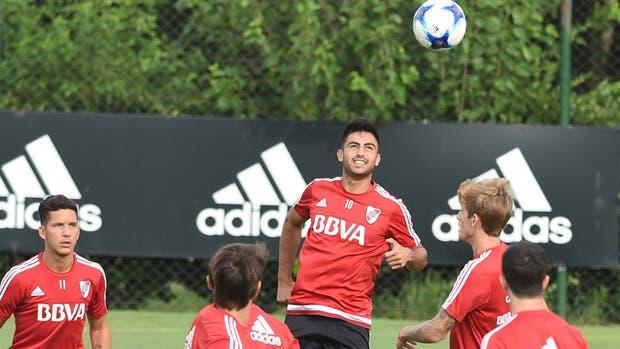 Pity Martínez, en lo alto, en una de las prácticas del conjunto millonario; Driussi y Rossi lo siguen de cerca