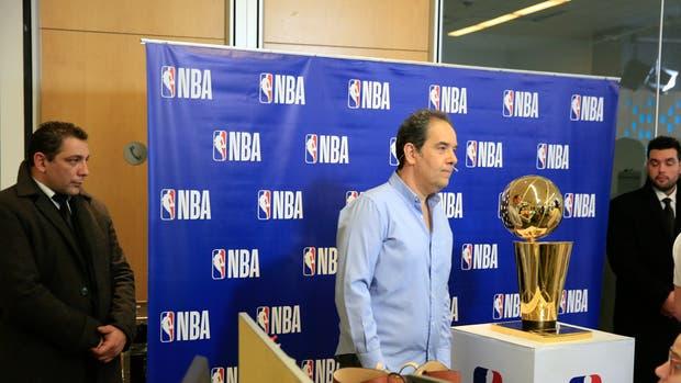 Se mira y no se toca: el trofeo de la NBA, de paseo por LA NACION bajo estrictas medidas de seguridad