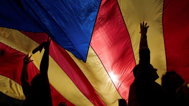 """Sonriente y sereno, el """"cesado"""" presidente regional encabezó una manifestación de miles y miles de personas en Barcelona"""