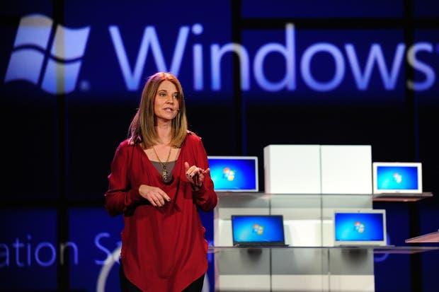 Tami Reller, jefe de finanzas y marketing del negocio Windows y una de las reemplazantes de Steve Sinofsky, durante la presentación de la última versión del sistema operativo de Microsoft