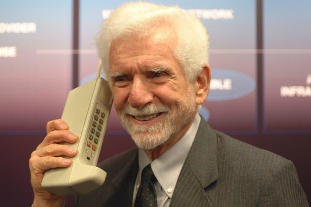 Martin Cooper y el ''''ladrillo'''' original (un Motorola DynaTAC)