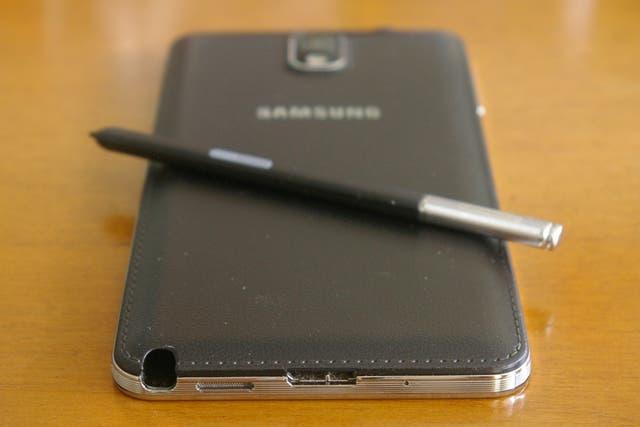 El conector USB 3.0, la tapa de batería símil cuero y el estuche del lápiz
