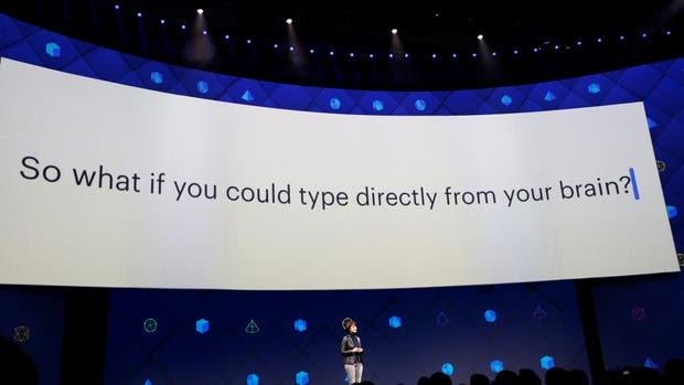 Regina Dugan de Facebook durante la conferencia de desarrolladores de la compañía, junto a la pregunta sobre las posibilidades de tipear con la mente