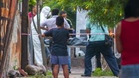 Los peritos se llevan el cuerpo de la víctima de 15 años