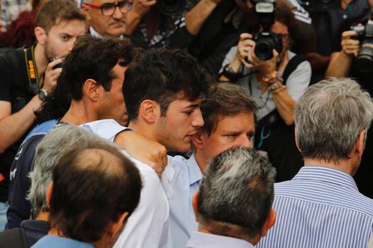 Enrique Sacco, pareja de Pérez Volpin, junto a Agustín, hijo de la periodista